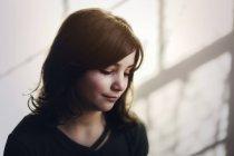 Portrait de fille regardant vers le bas et souriant — Photo de stock