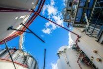 Vue à angle bas des réservoirs de stockage et des tuyauteries industrielles à l'usine de biocarburant — Photo de stock