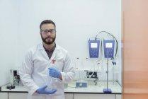 Porträt eines Wissenschaftlers, der im elektrischen Kabellabor arbeitet — Stockfoto