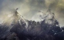 Бушующие облака над снегом покрыли Пейн-Гранде, Национальный парк Торрес-дель-Пейн, Чили — стоковое фото