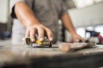 Soldador no trabalho na oficina de reparação de carroçaria — Fotografia de Stock