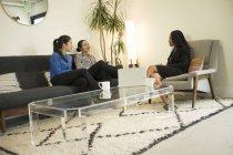 Trois femmes d'affaires au bureau après une réunion détendue — Photo de stock
