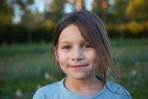 Retrato de menina, ao ar livre, sorrindo, close-up — Fotografia de Stock