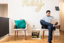 Giovane uomo d'affari in ufficio creativo con computer portatile — Foto stock