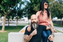 Зрелая пара хипстеров в парке, портрет, Валенсия, Испания — стоковое фото