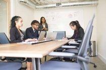 Empresário e empresárias que trabalham na sala de reuniões — Fotografia de Stock