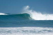 Meereswelle und Gischt gegen blauen Himmel, Santa Cruz, Guanacaste, Costa Rica — Stockfoto