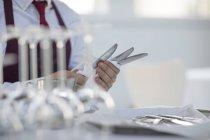 Serveur table à coucher dans le restaurant, section centrale — Photo de stock
