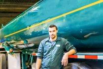 Ritratto di giovane camionista di sesso maschile nello stabilimento industriale di biocarburanti — Foto stock