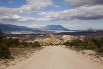 Paisaje con rebabas Trail Road en Grand-Escalante National Monument, Utah, Usa - foto de stock