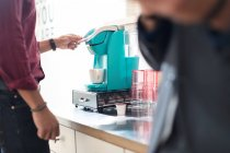 Schüsse auf Geschäftsmann mit Kaffeemaschine — Stockfoto