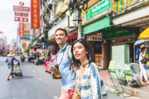 Young tourist couple crossing street, Bangkok, Thailand — Stock Photo