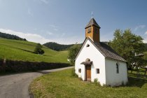 Rural road and San Pietro church, Funes Valley, Dolomites, Italy — Stock Photo