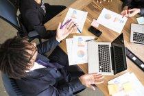Vista general de los empresarios que trabajan juntos - foto de stock