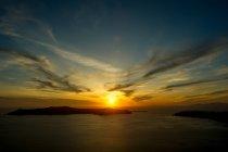 Закат над морем на горизонте, Санторини, Kikladhes, Греция — стоковое фото