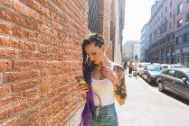 Женщина на городской улице с помощью мобильного телефона, Милан, Италия — стоковое фото