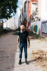 Літні чоловіки hipster стоячи в провулку — стокове фото