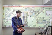 Локомотив інженер з двигуном Шед плани в залізничного робіт — стокове фото