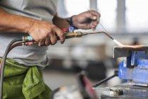 Обрізаний зору людини зварювання в магазин ремонту кузова — стокове фото
