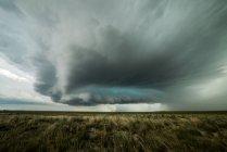 Огромная суперячейка ползет к городу Ла Хунта, Колорадо, США — стоковое фото