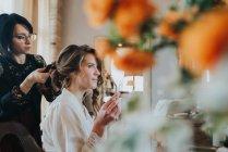 Braut Hochzeit mit Friseur vorbereiten — Stockfoto