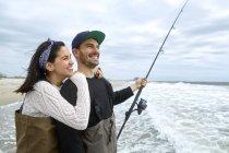 Retrato de pesca jovem casal no mar — Fotografia de Stock