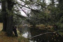 Пара, обнимая возле дерева рядом с рекой, Бэнкрофт, Канада, Северная Америка — стоковое фото