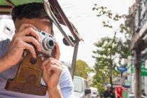 Giovane turista di sesso maschile in risciò auto scattare fotografie, Bangkok, Thailandia — Foto stock