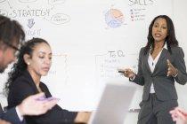 Коллеги объясняют бизнес-стратегию в офисе — стоковое фото