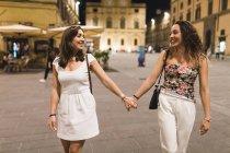 Junge Frauen in der Stadt mit lächelnden Händen — Stockfoto