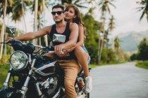 Молода пара їде на мотоциклі по сільській дорозі, Крабі, Таїланд — стокове фото