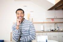 Ritratto di giovane uomo d'affari che sorride alla macchina fotografica — Foto stock