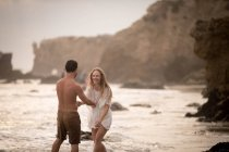 Couple romantique sur la plage, Malibu, en Californie, nous — Photo de stock