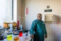 Ritratto di tecnico di laboratorio nel laboratorio di impianti a biocarburante — Foto stock