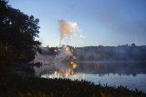 Фейерверки над озером — стоковое фото