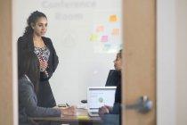 Quattro uomini d'affari in riunione d'ufficio — Foto stock