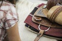 Jovem mulher sela cavalo, close-up — Fotografia de Stock