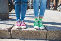 Femmes pieds dans les baskets sur les marches, Milan, Italie — Photo de stock