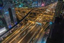 Hochwinkelaufnahme des Stadtbildes mit Stadtautobahn bei Nacht, Dubai, vereinigte arabische Emirate — Stockfoto
