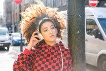 Портрет молодої жінки з навушниками на відкритому повітрі — стокове фото