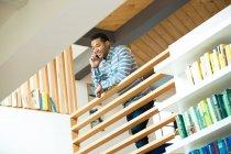 Молодой бизнесмен звонит по смартфону на балконе — стоковое фото
