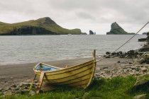 Лодка на берегу, Tindholmur в фоновом режиме, Бур, Фарерские острова, Дания — стоковое фото