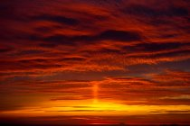 Spectaculaire coucher de soleil orange, Oia, Santorin, Kikladhes, Grèce — Photo de stock