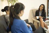 Trois femmes d'affaires ayant détendu réunion — Photo de stock