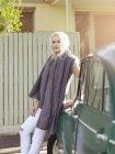 Junge Frau lehnt an Auto — Stockfoto