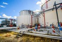 Réservoirs et tuyaux de stockage dans une usine industrielle de biocarburants — Photo de stock