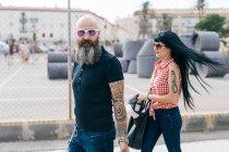 Зрілі hipster кілька прогулюються в місті — стокове фото