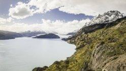 Пейзаж с озером и отдаленное представление о серый ледник, Торрес дель Пейн Национальный парк Чили — стоковое фото