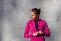 Portrait de femme tenant une barre protéinée et regardant ailleurs — Photo de stock