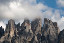 Low cloud over jagged Odle mountain skyline, Funes Valley, Dolomites, Italy — Stock Photo
